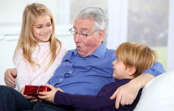 Что подарить на Новый год 2022 дедушке от внуков или детей